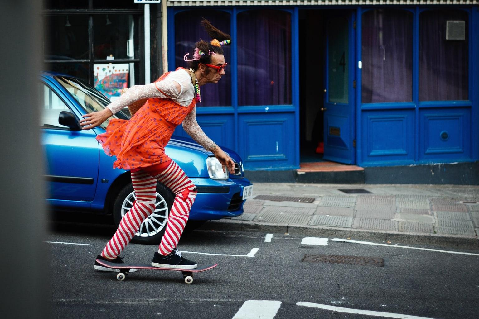 Fotografía callejera de un skater con su patinete