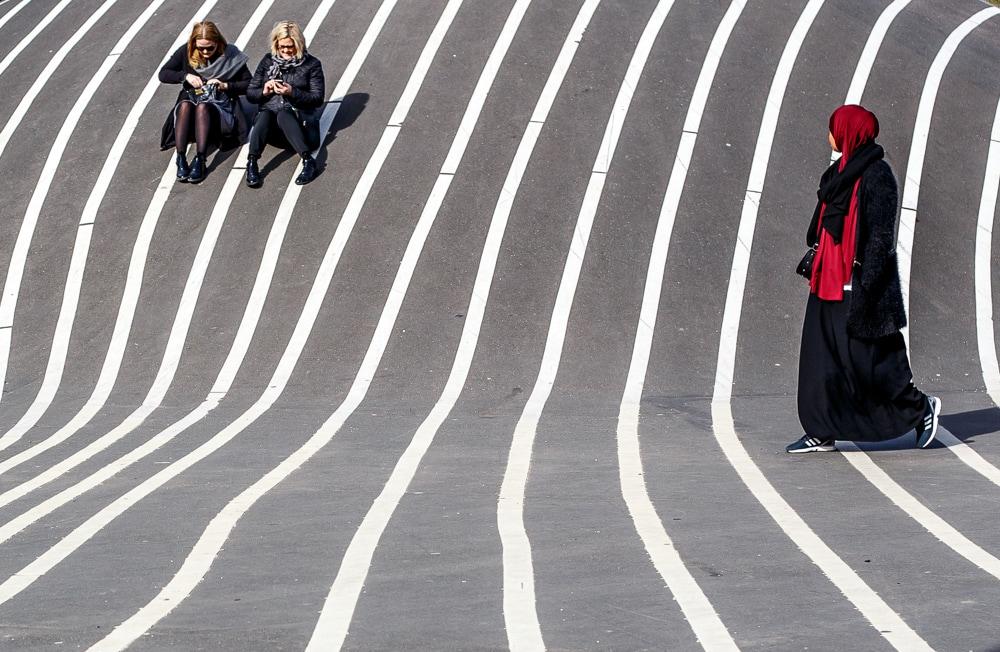 Fotografía callejera de una musulmana y dos mujeres