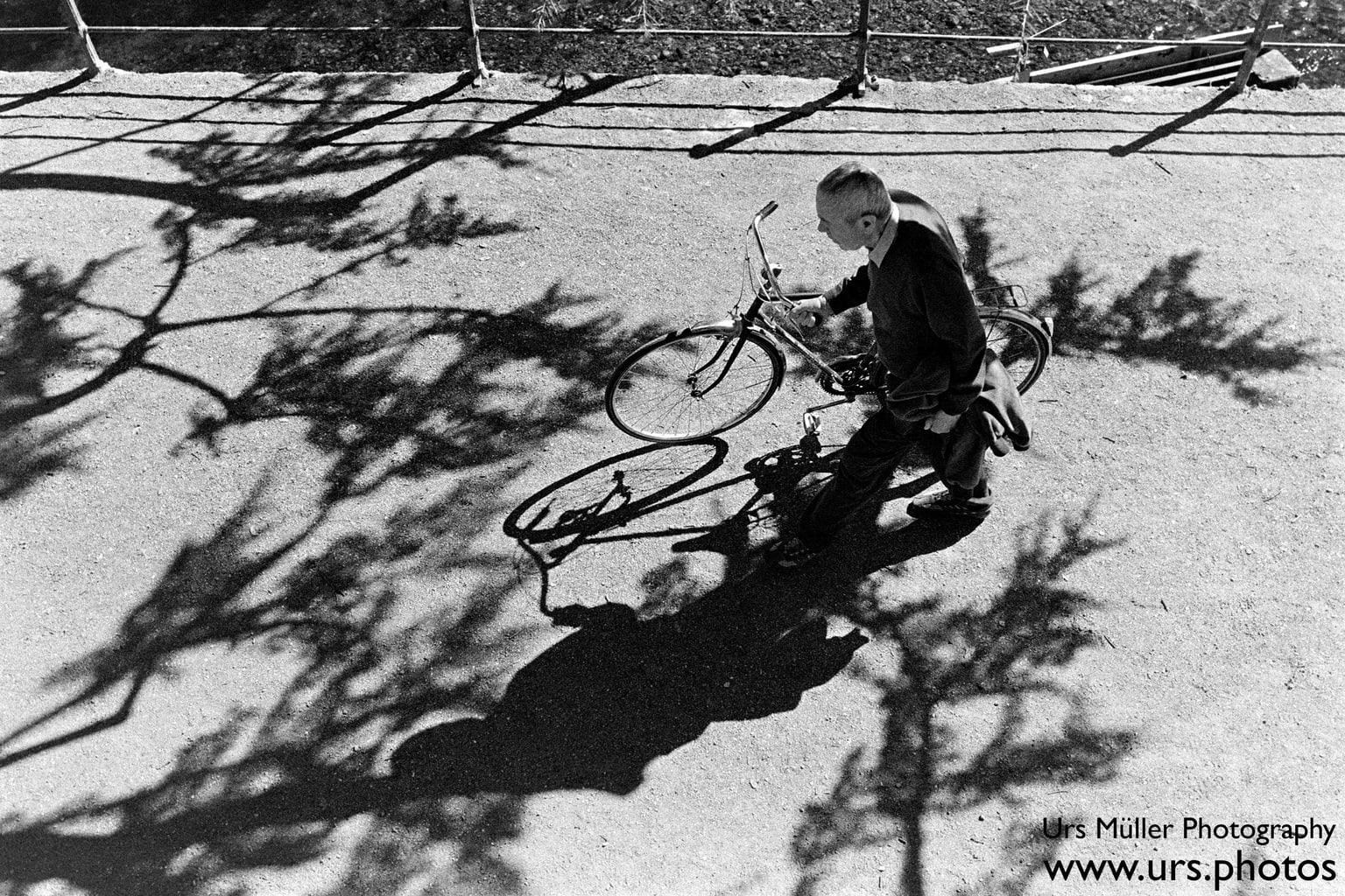 fotografía callejera de hombre con su bici