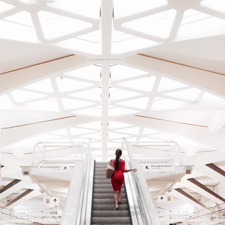 Fotografía callejera de una mujer subiendo escaleras