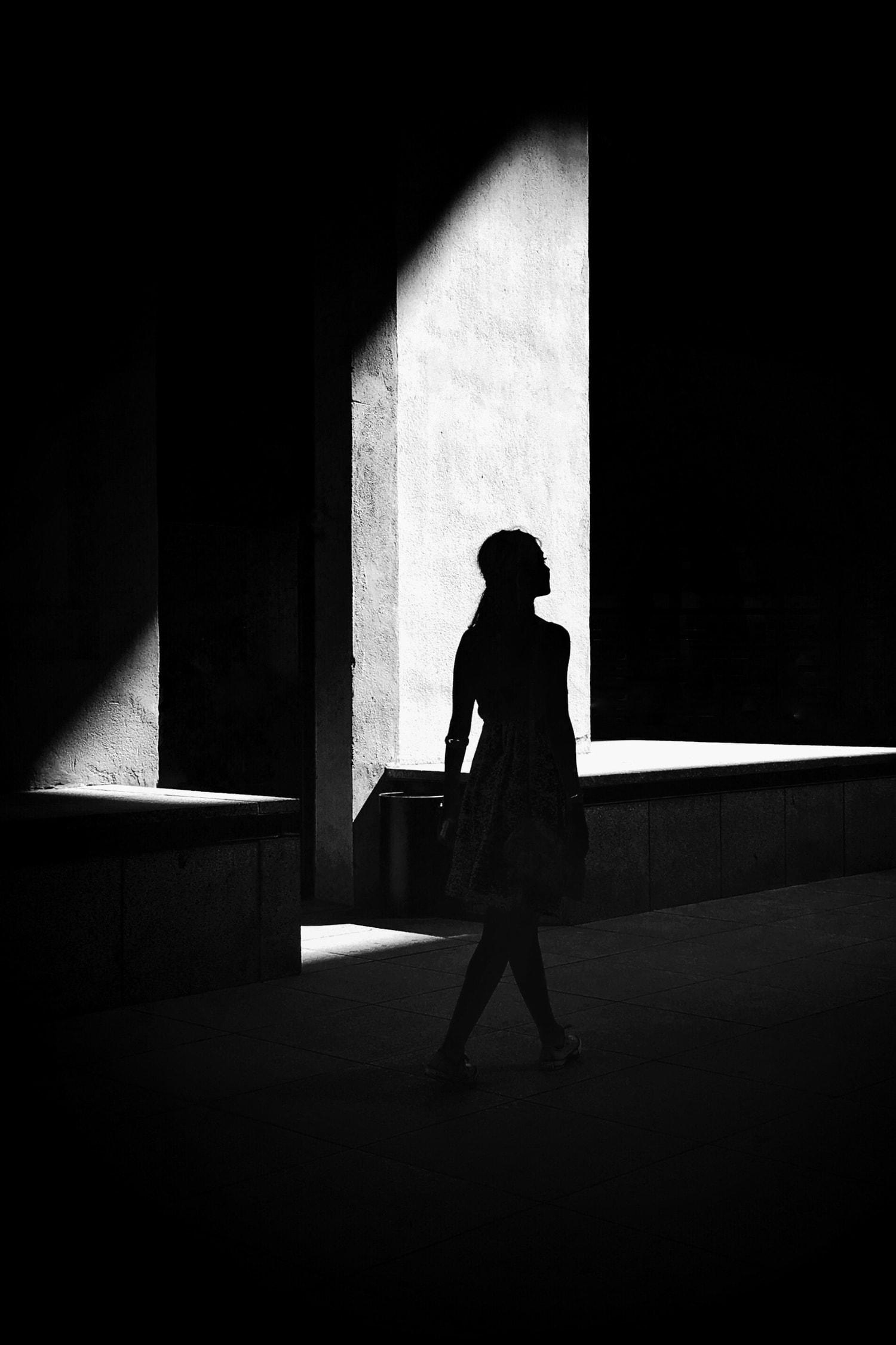 fotografía callejera de la silueta de una mujer