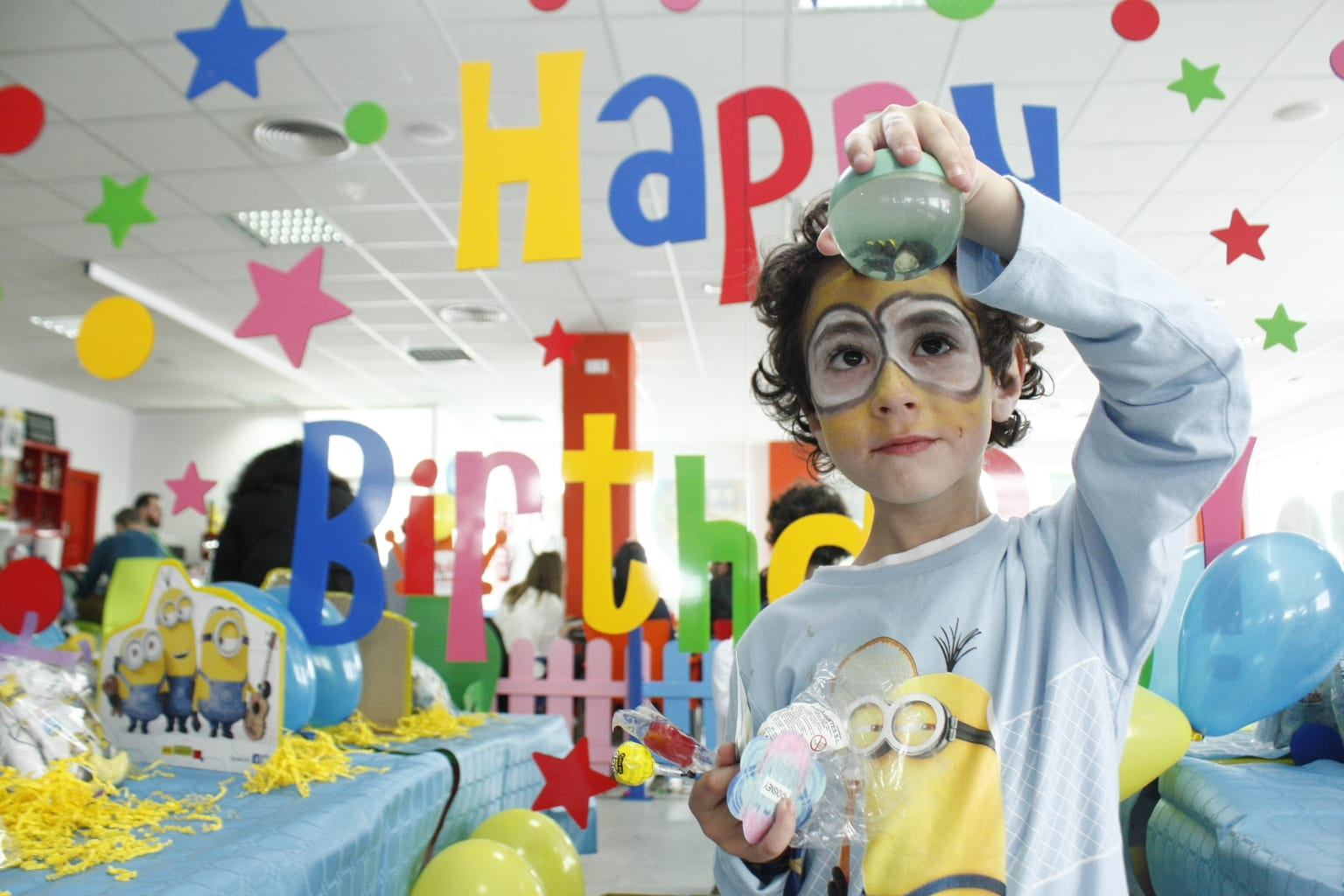 Fotografía de un niño jugando en fiesta de cumpleaños