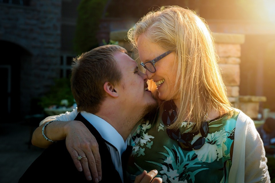 fotografía de una madre sonríendo con su hijo