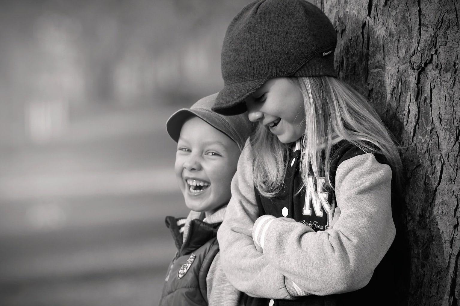 Fotografía de dos hermanos riéndose en un parque