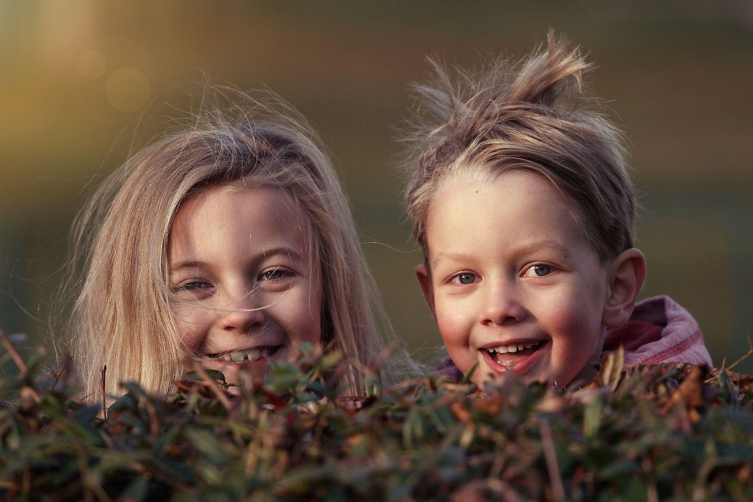 Fotografía de hermanos sonriendo a la cámara