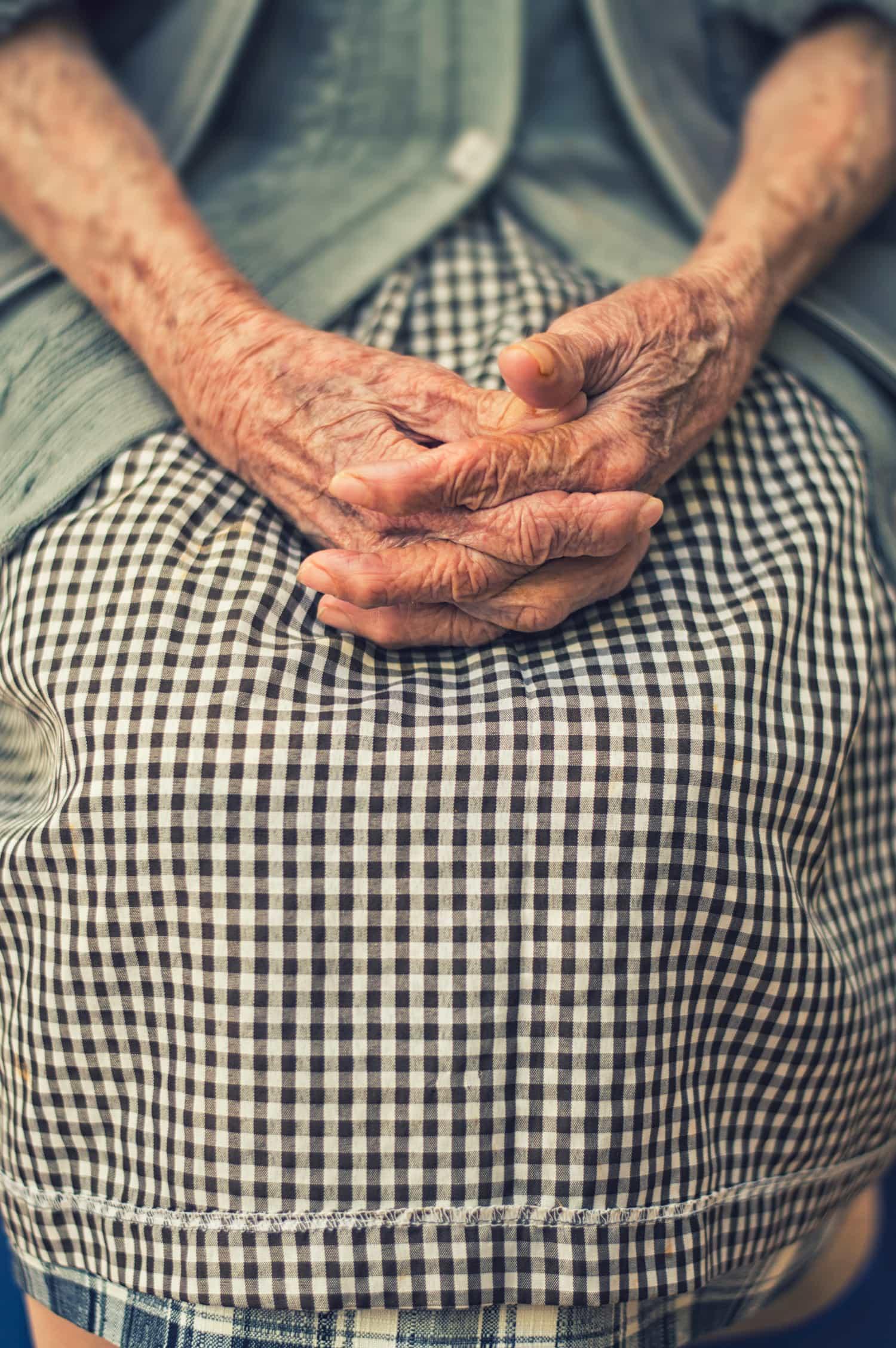 fotografía de las manos de una mujer mayor