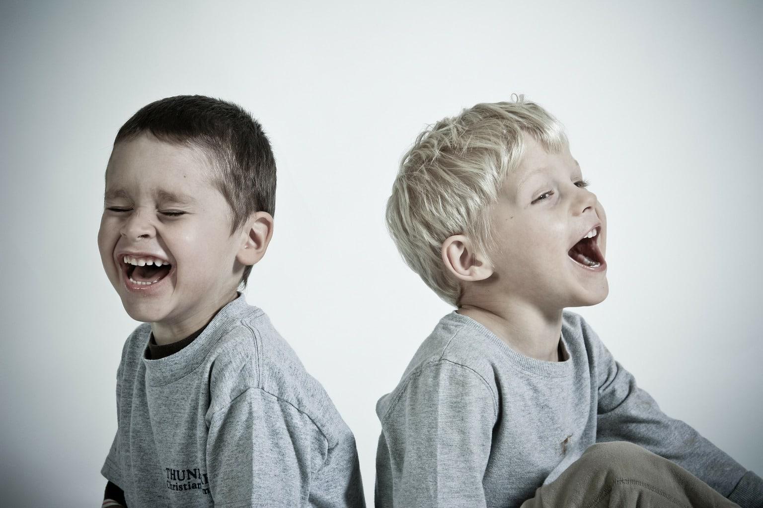 Fotografía de dos hermanos riéndose