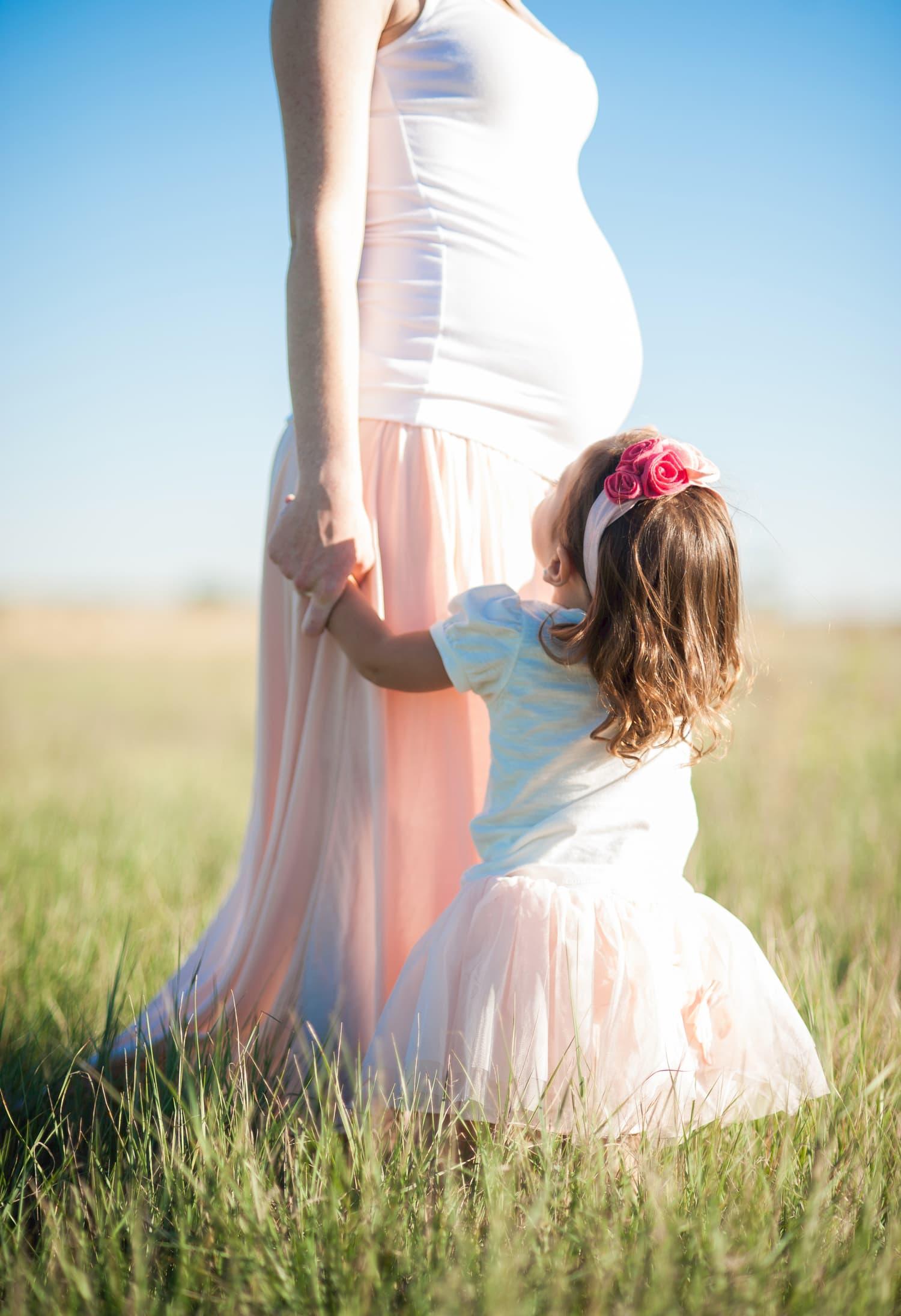 fotografía madre embarazada con su hija
