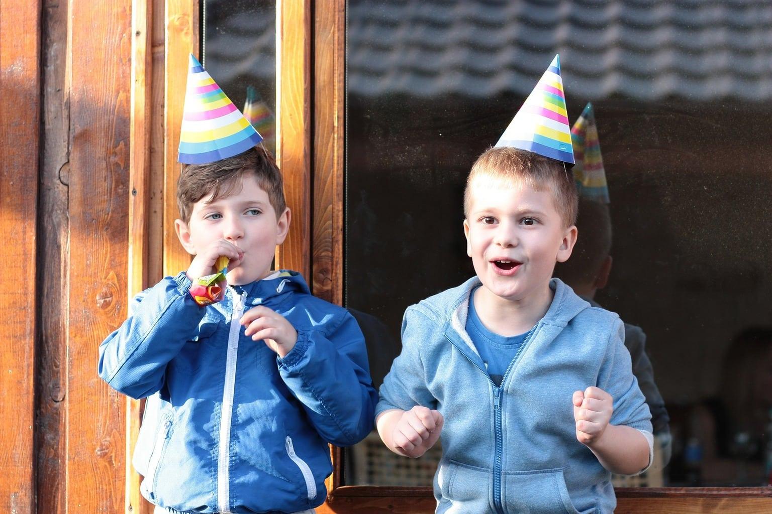 Fotografía dos niños celebrando fiesta de cumpleaños