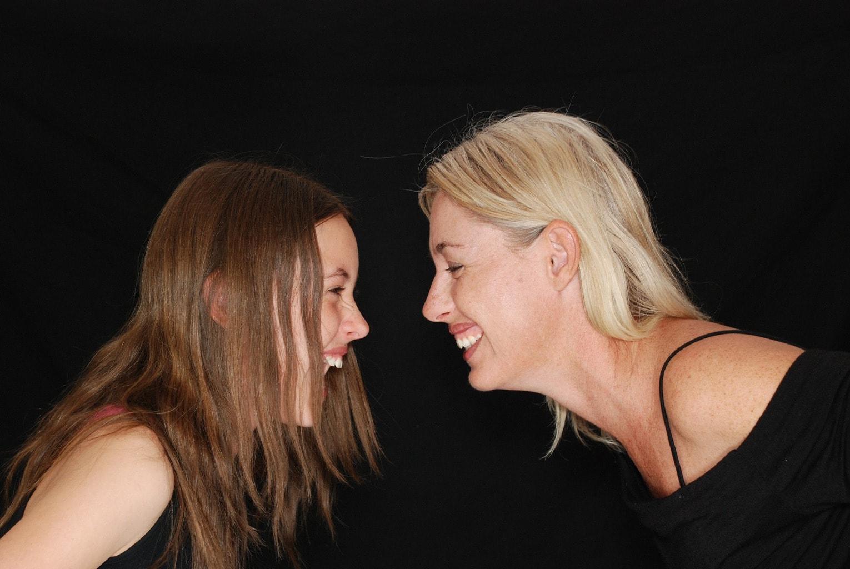 fotografía de una madre sonríendo a su hija