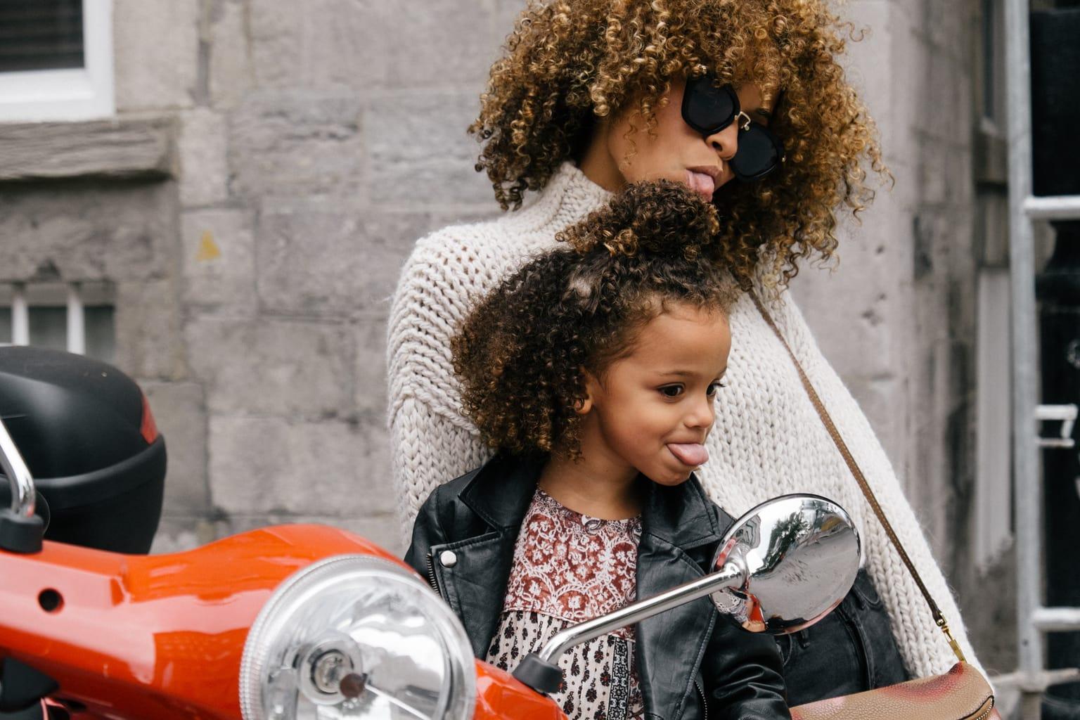 fotografía de una madre con su hija posando en una moto