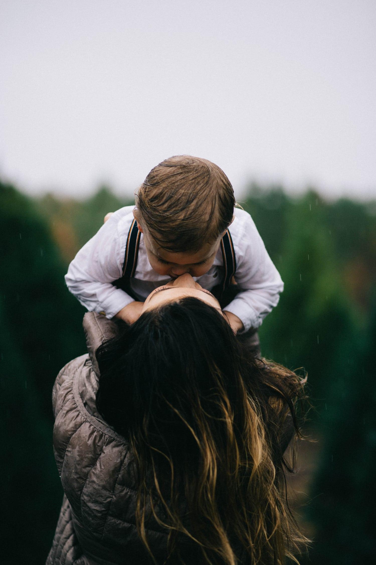 fotografía de una madre besando a su hijo