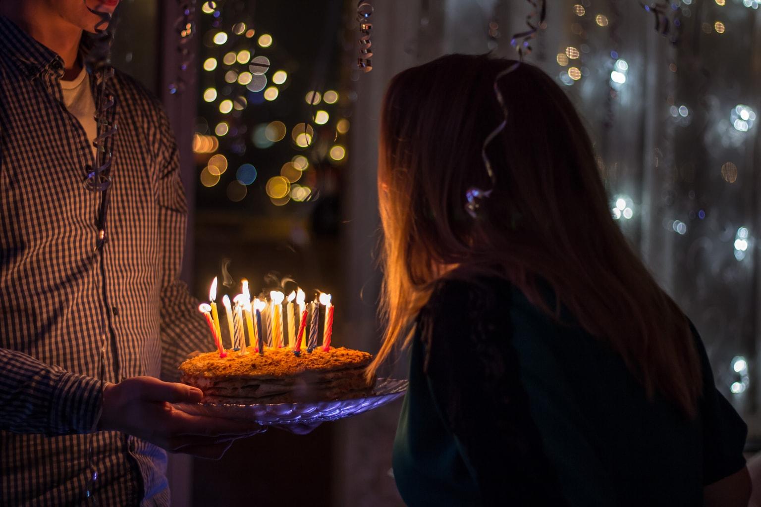 Fotografía de una chica soplando velas de cumpleaños