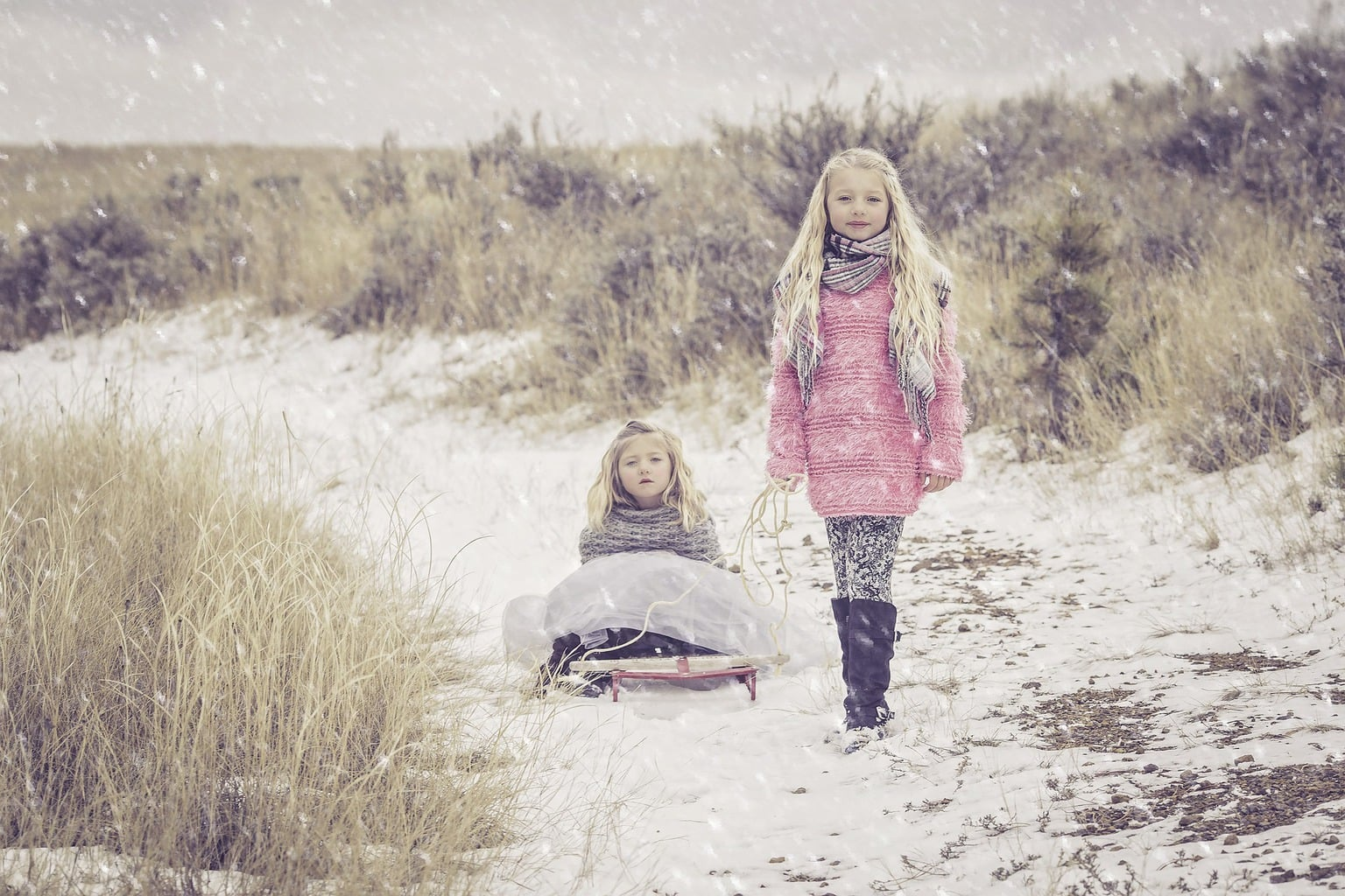 Fotografía de dos hermanas bajo la nieve