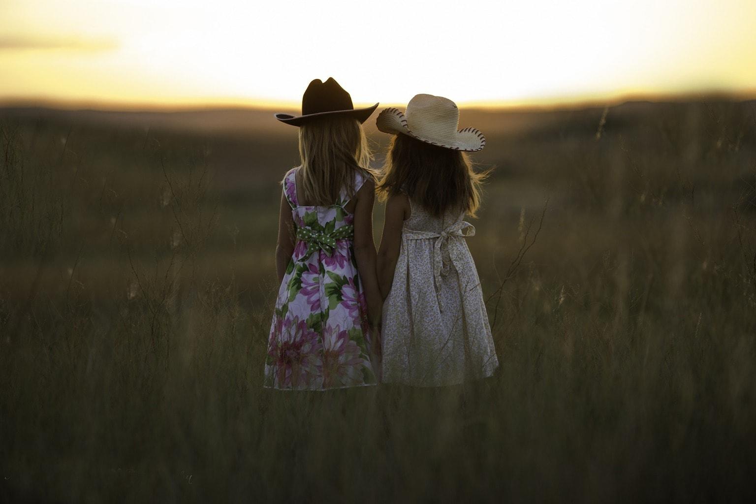Fotografía paisaje de dos hermanas en el campo