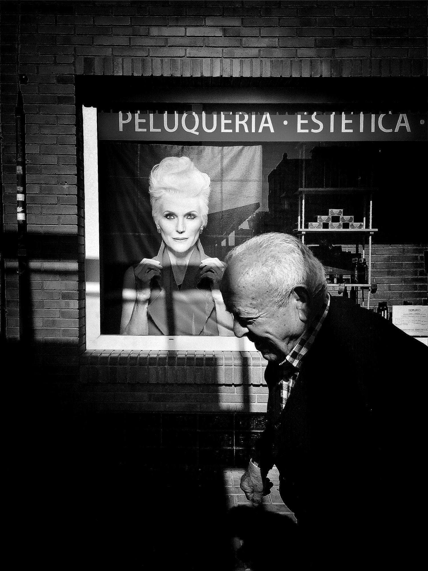 Fotografía callejera de un hombre mayor