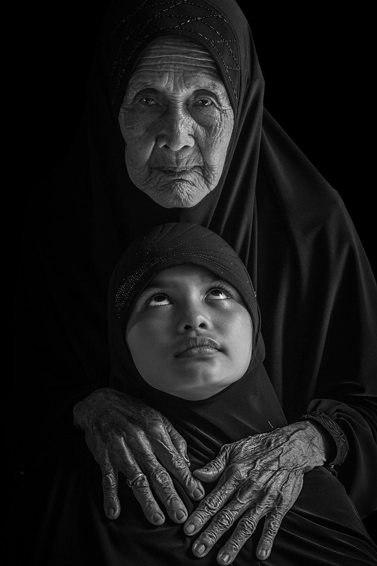 fotografía de una mujer mayor con una niña