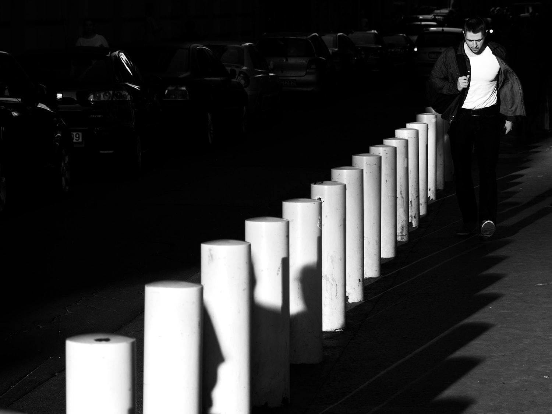 fotografía blanco y negro hombre caminando