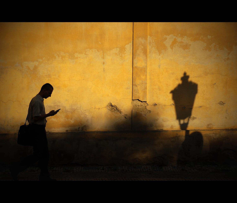 fotografía de un hombre caminando con luz dura