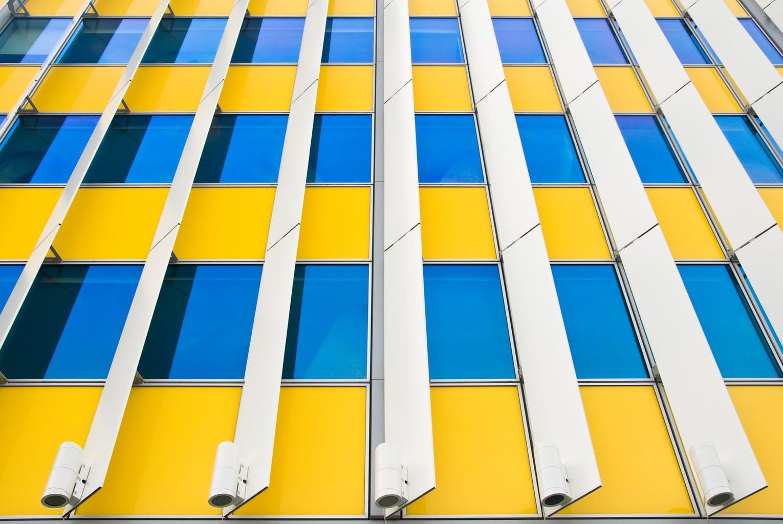 fotografía edicio amarillo con ventanas