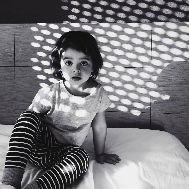 fotografía de una niña con luz dura