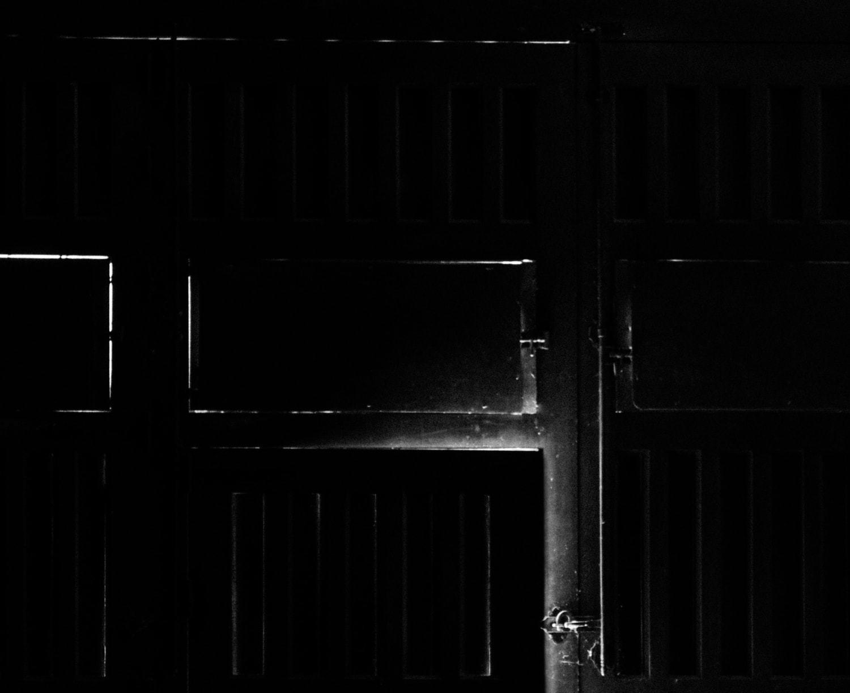 fotografía blanco y negro puerta