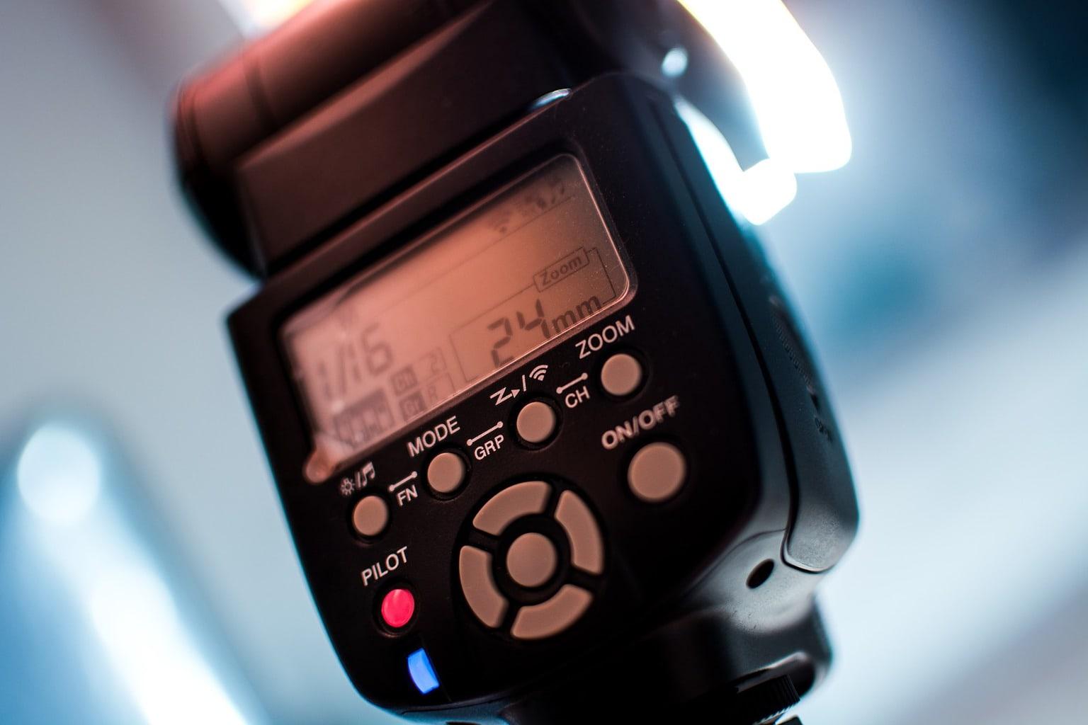 fotografía de un flash externo