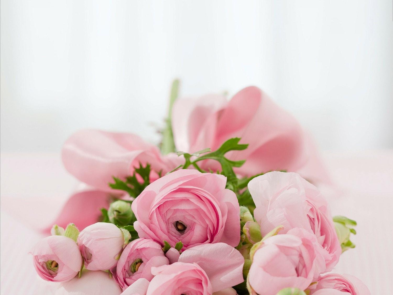 fotografía de un ramo de rosas con luz dura