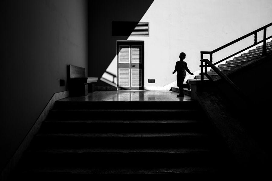 fotografía blanco y negro niño y escaleras