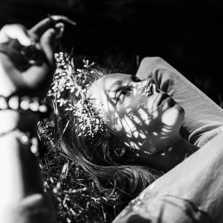 retrato de una mujer con luz dura