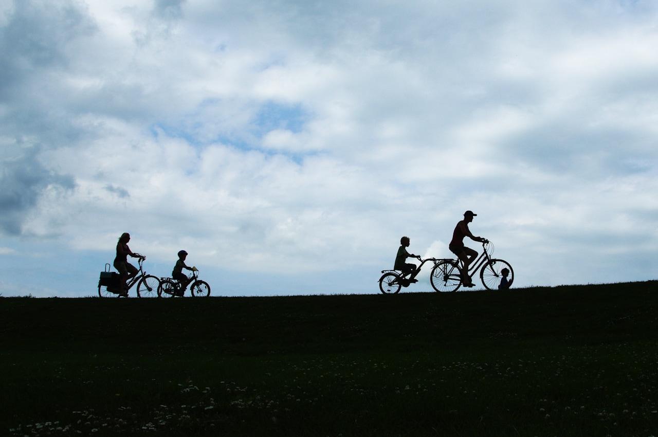 fotografía de una familia montando bicis