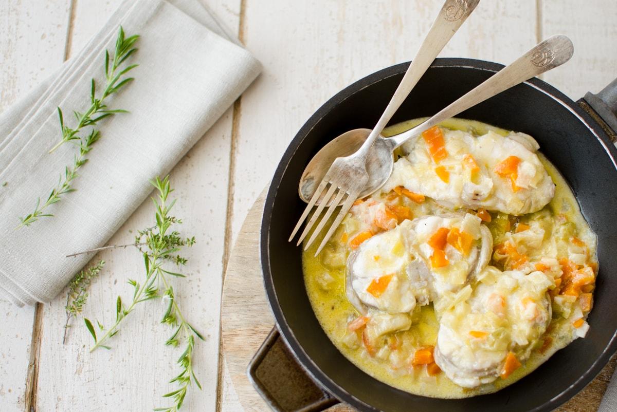 fotografía culinaria de una sartén con pescado