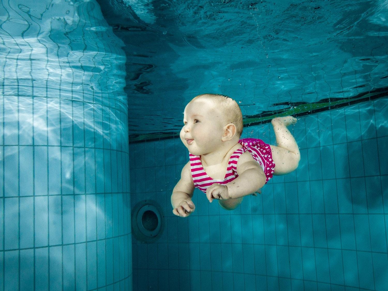 Fotografía veraniega de un bebé nadando