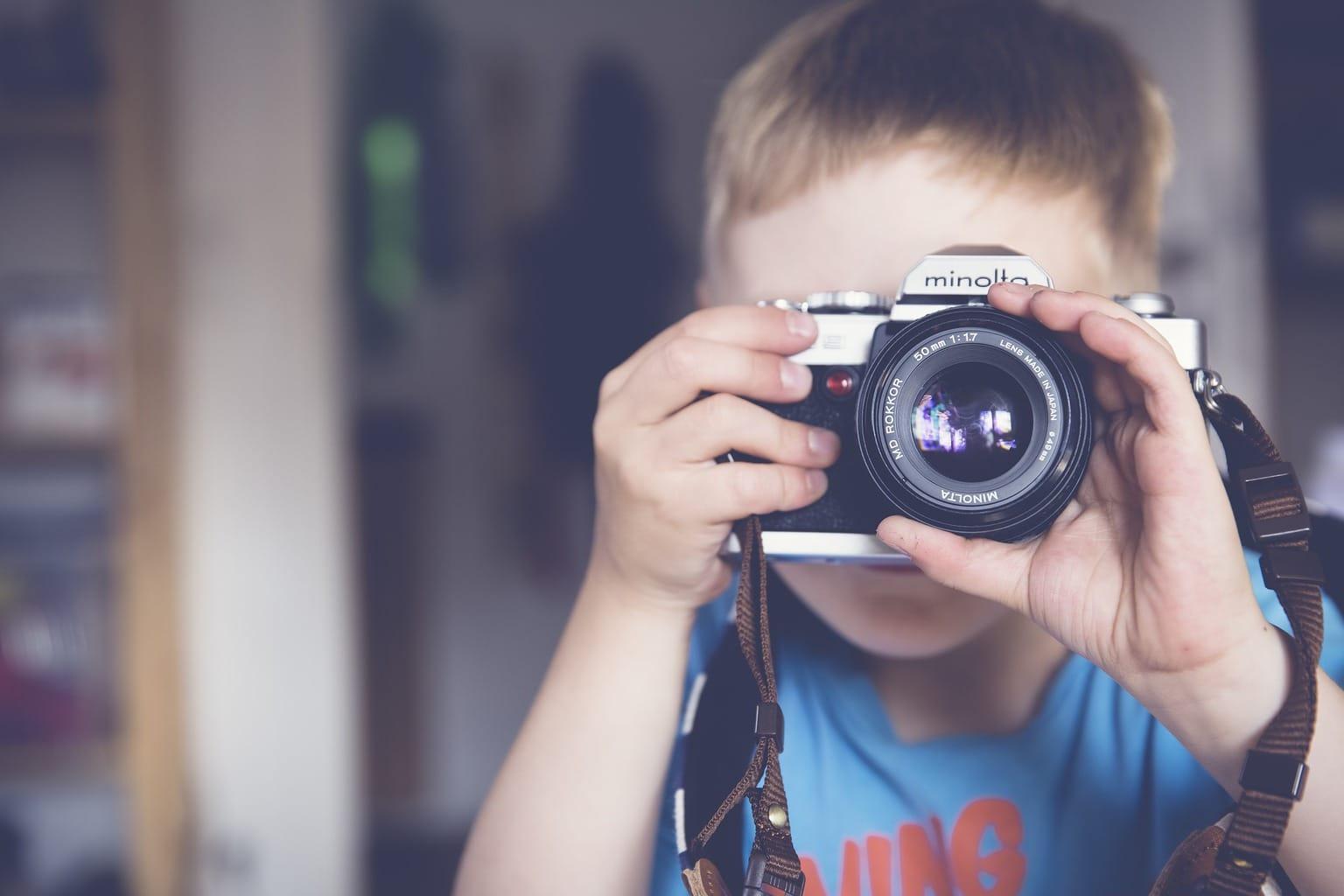 fotografía de un niño con una cámara minolta