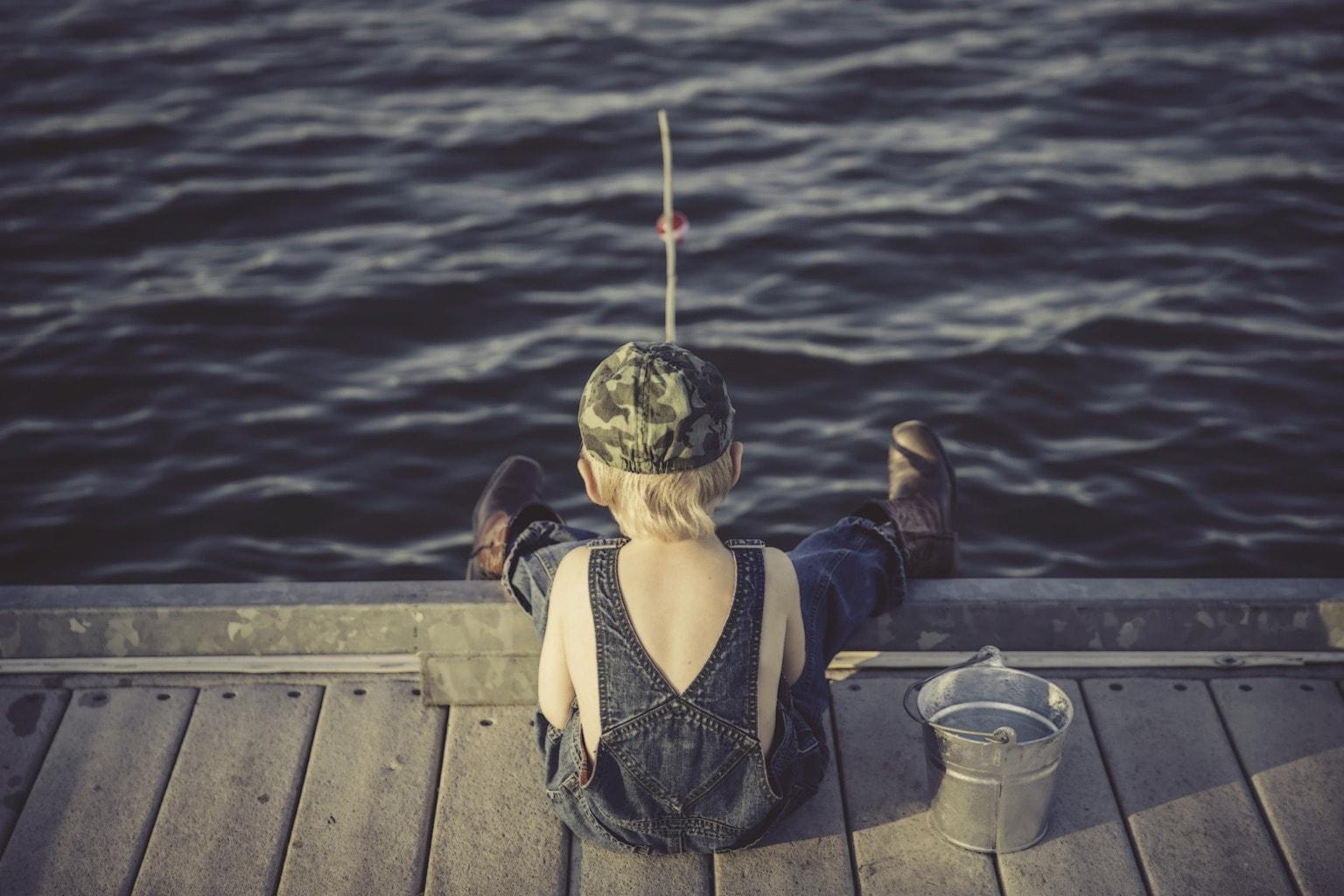 fotografía veraniega niño pescando
