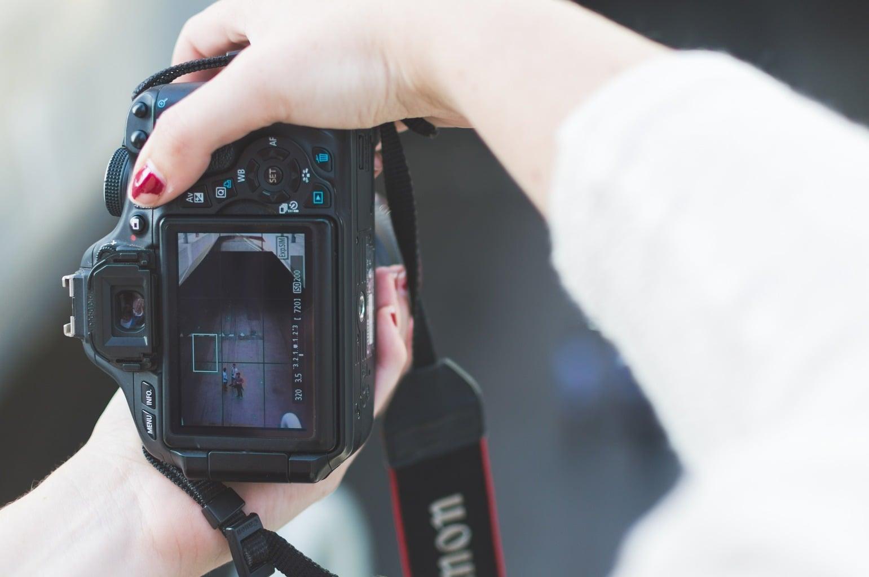 fotografía de una cámara réflex con encuadre