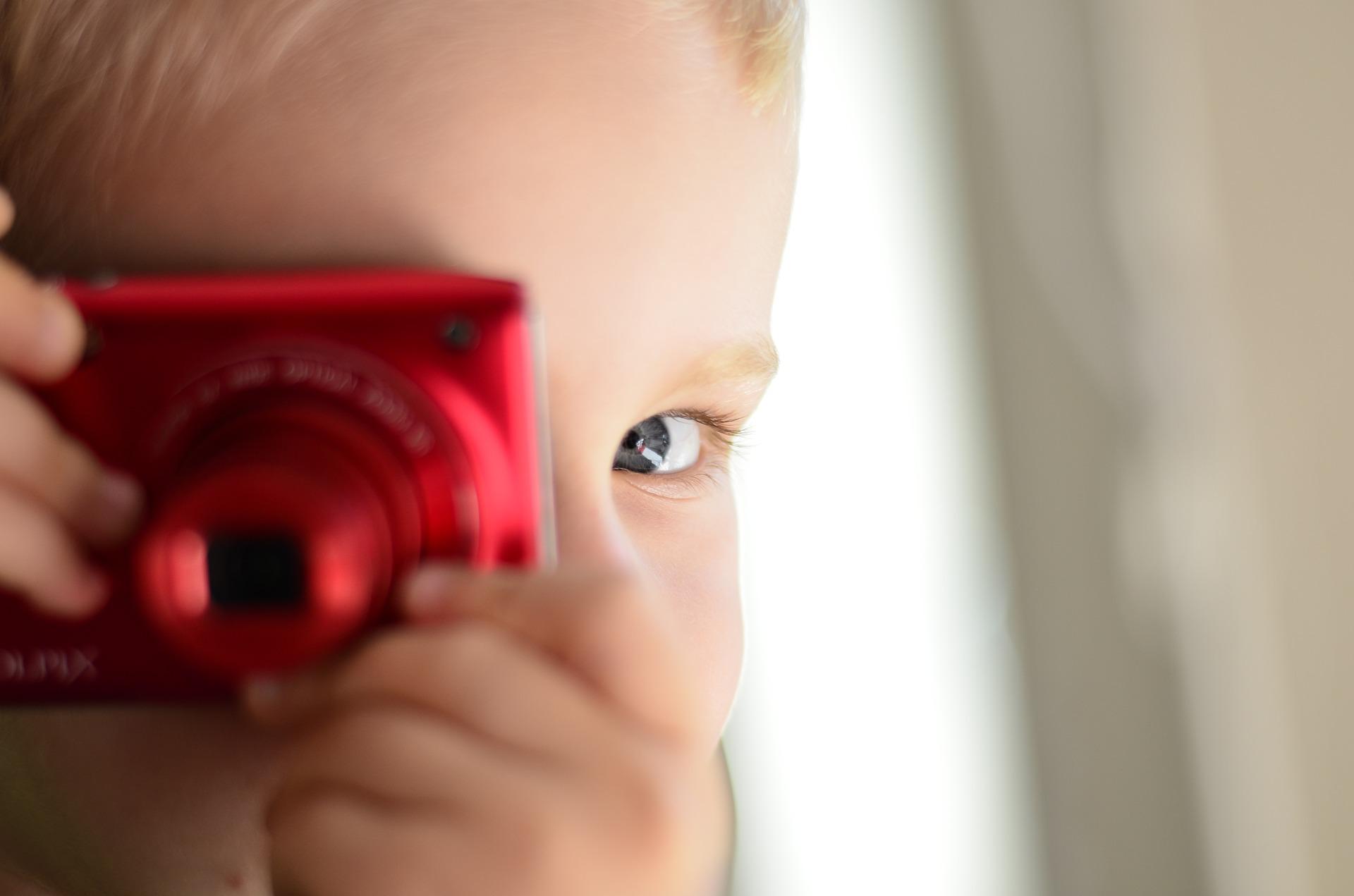 retrato primer plano niño con cámara compacta