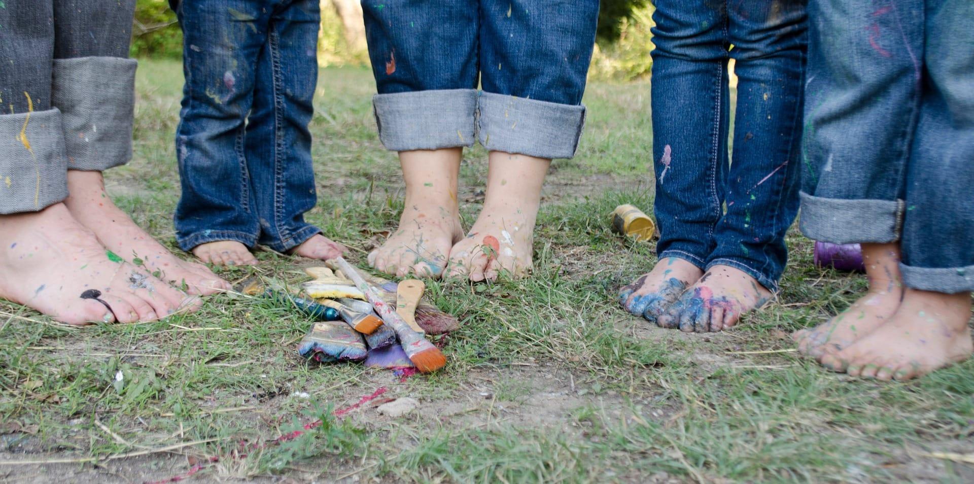 fotografía pies de una familia