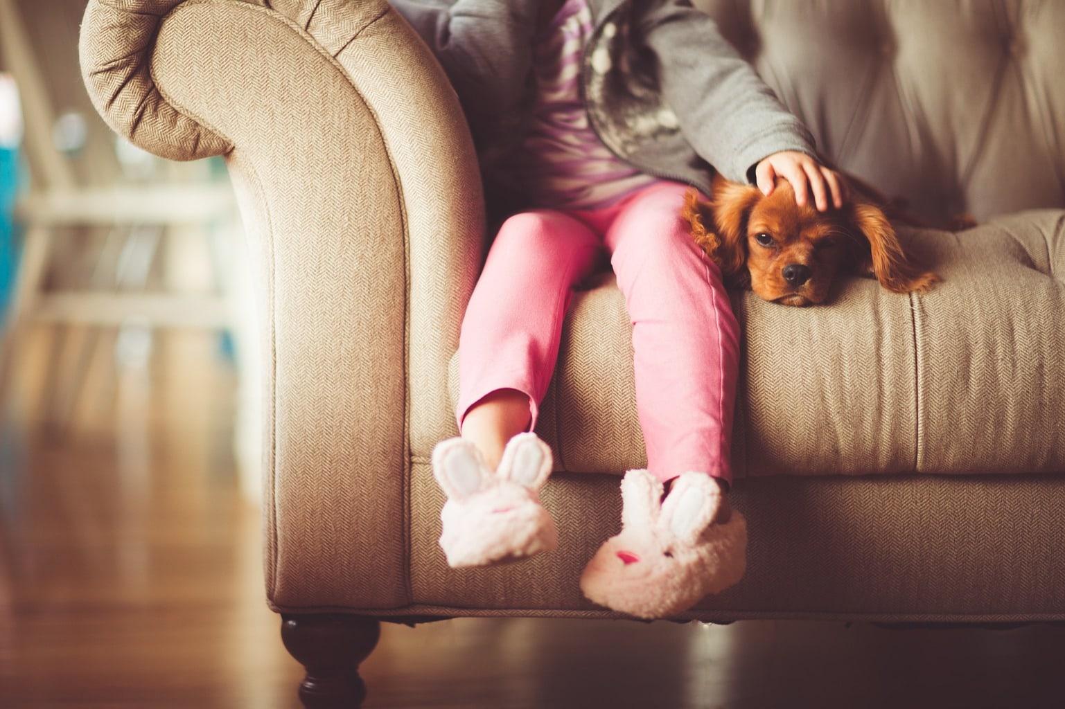 fotografía de una niña con su perror