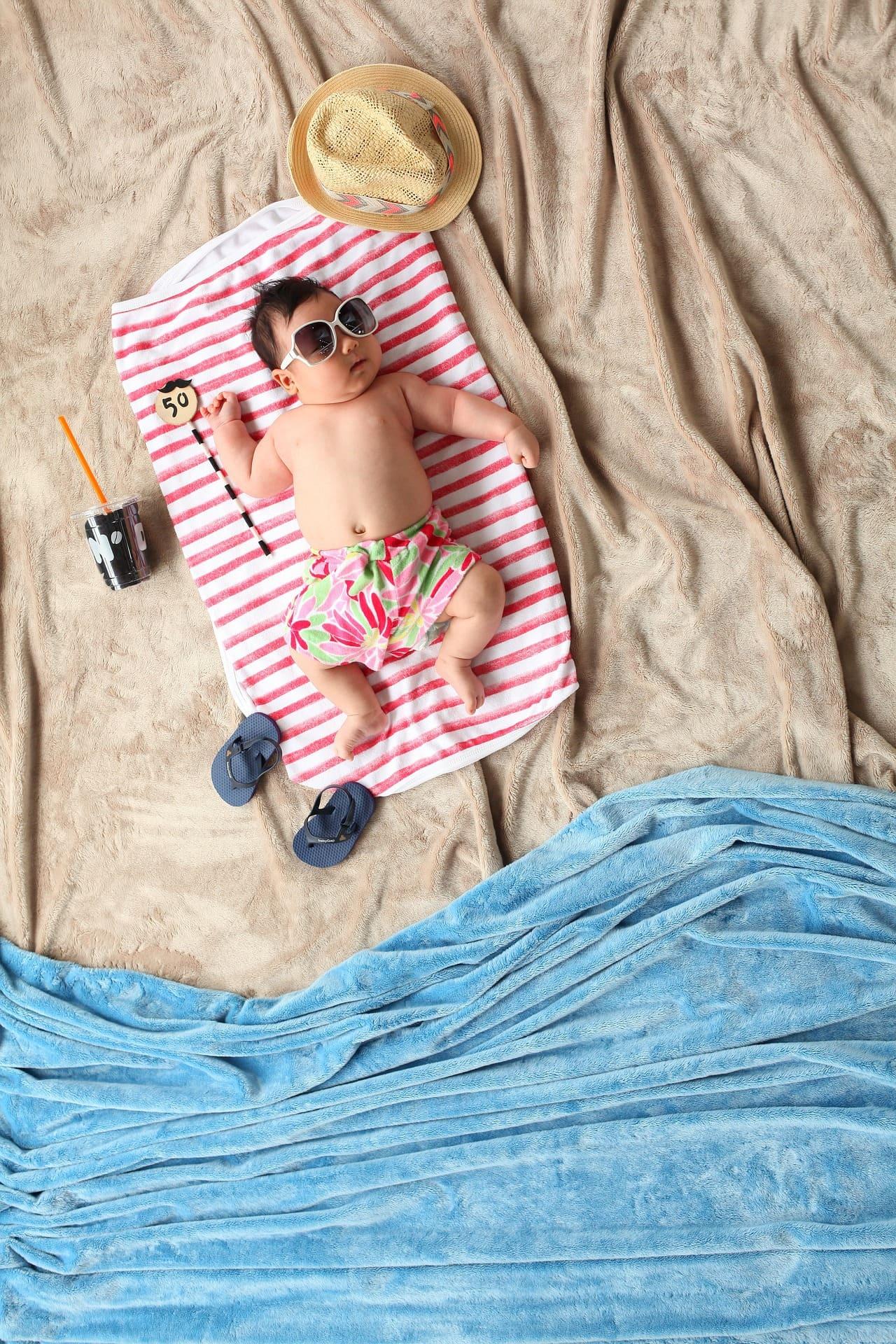 Fotografía veraniega de un bebé en la playa