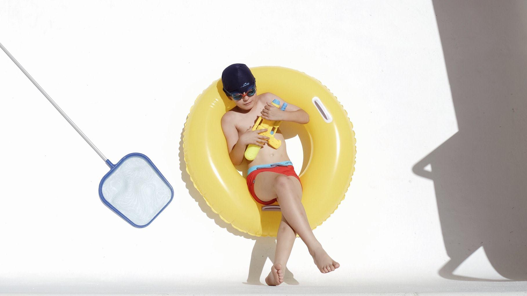 fotografía veraniega niño en piscina