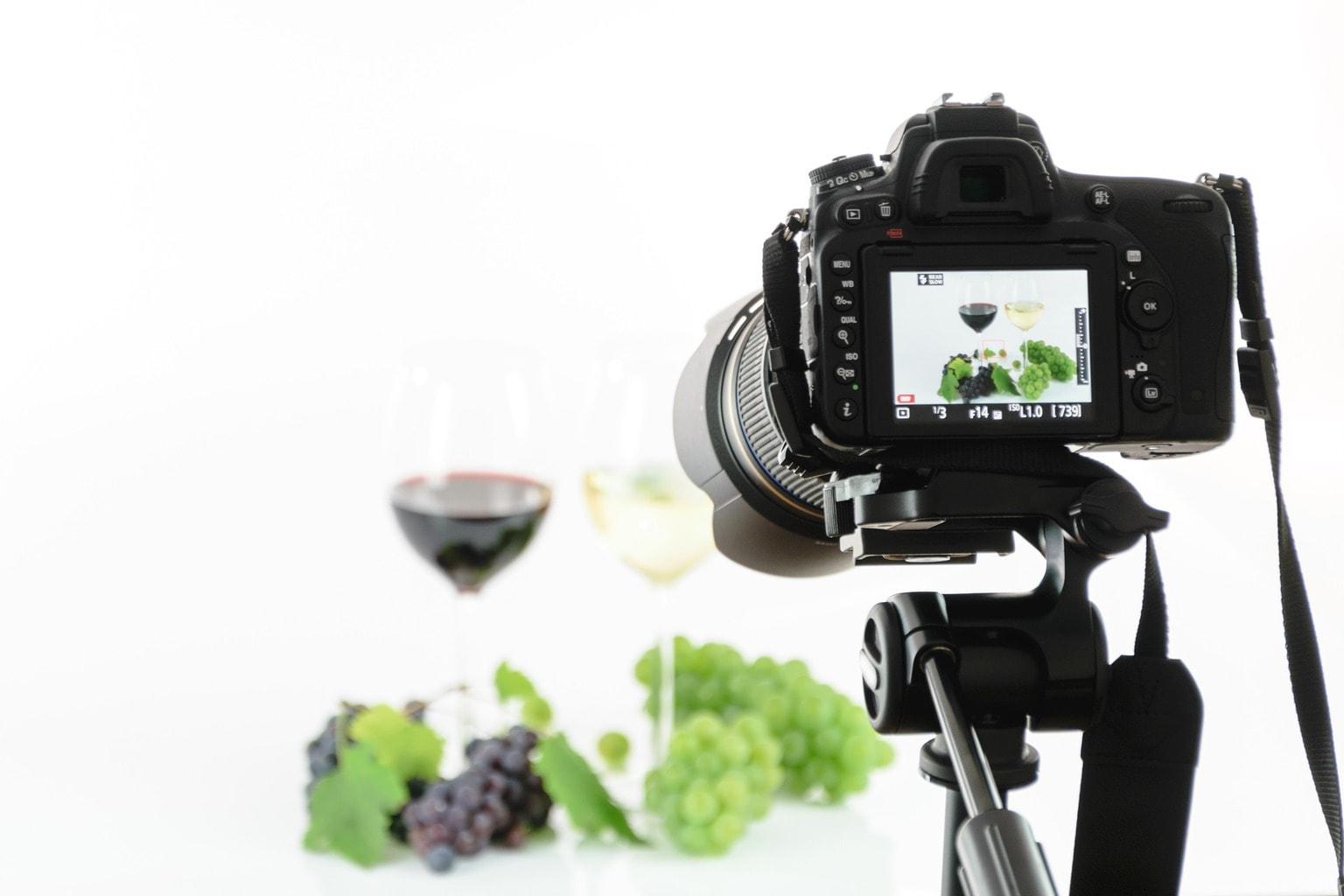 fotografía de una cámara réflex tomando foto de vino