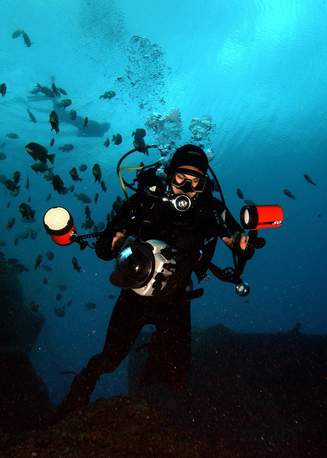 Fotografía de una mujer submarinista