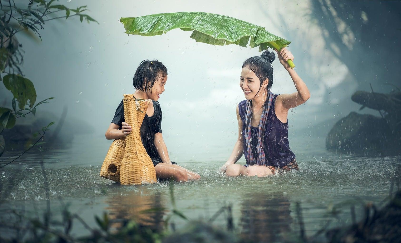 fotografía de una niña asiática con su madre