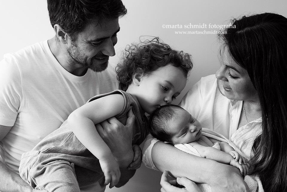 fotografía de una familia con su bebé
