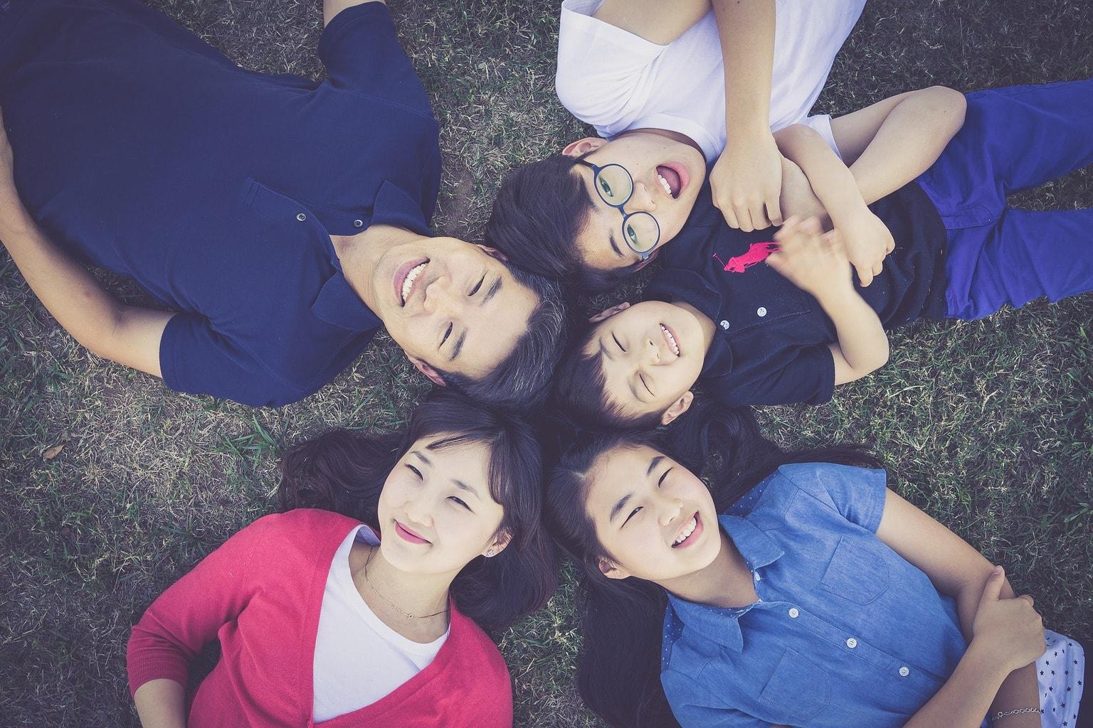 fotografía de una familia desde arriba