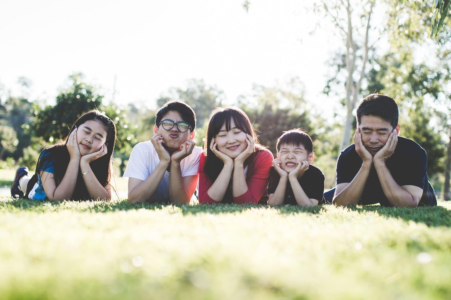 fotografía de una familia sonriendo
