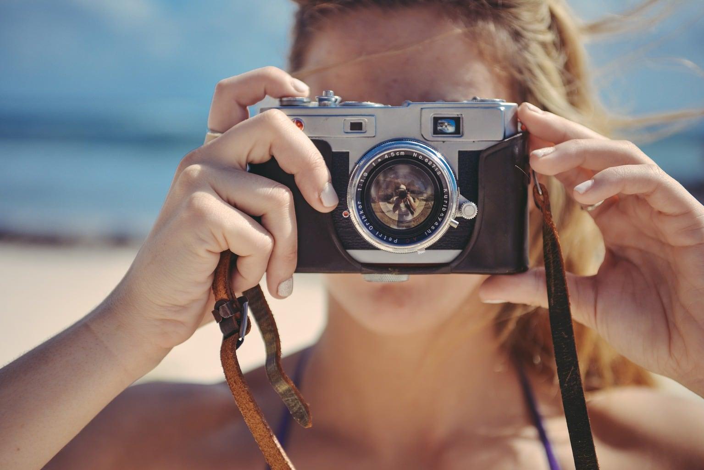 Fotografía de una mujer sujetando una cámara Evil