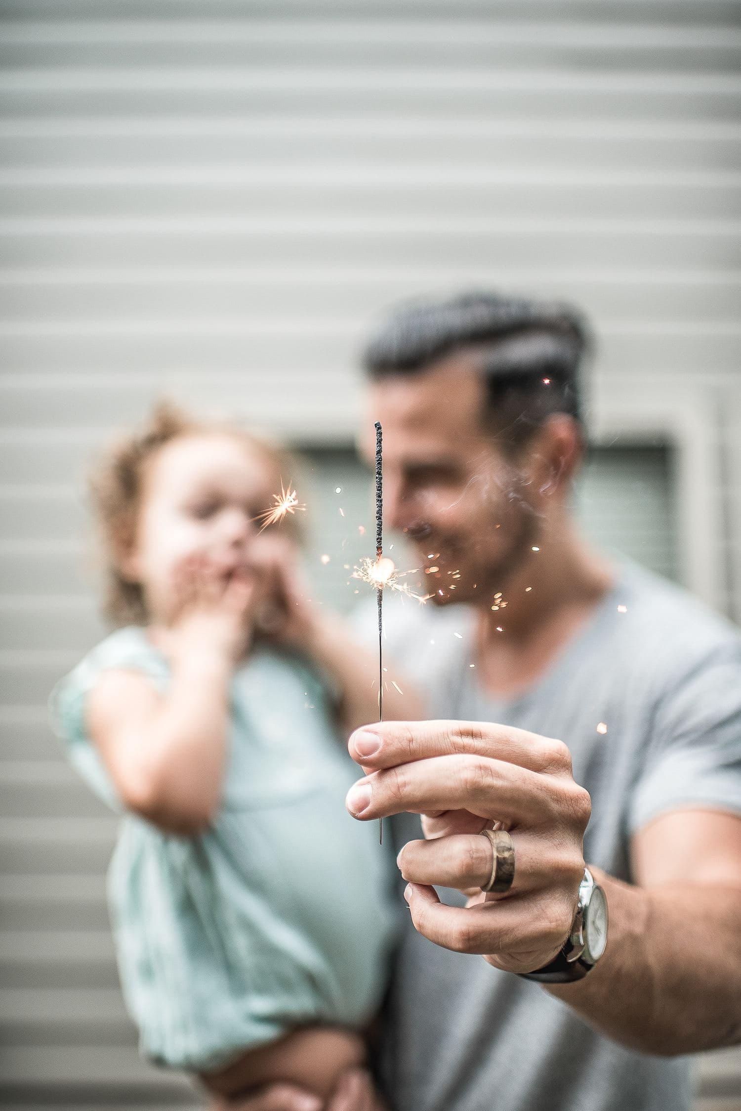 fotografía un padre con su hija y bengala
