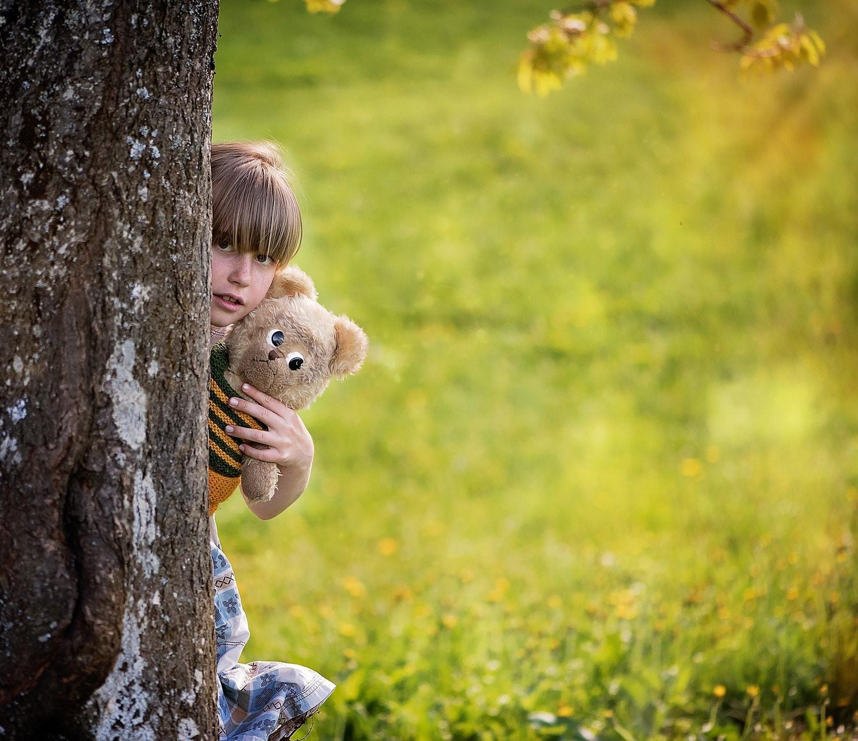 fotografía una niña con un peluche